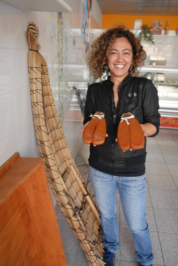 Barbara Manca mostra della bottarga di Cabras