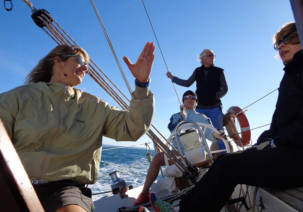 Daniela al timone in barca a vela