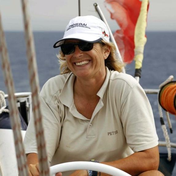 Daniela Meloni al timone di una barca a vela