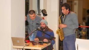 dei musicisti si esibiscono suonando sassofono e tastiere