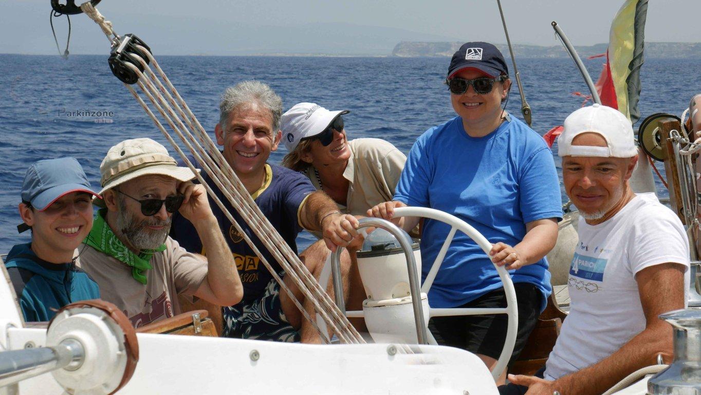 un gruppo di partecipanti al progetto Sail4Parkinson sulla barca in navigazione