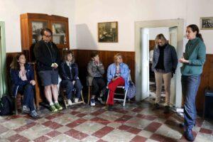 Imogen Kusch parla ad un gruppo di partecipanti del progetto Sail4Parkinson