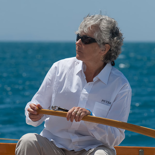 Yula Sambuy in barca al timone