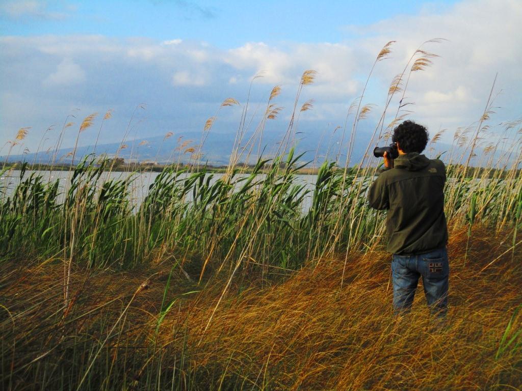 fotografo fa birdwatching nello stagno di Cabras