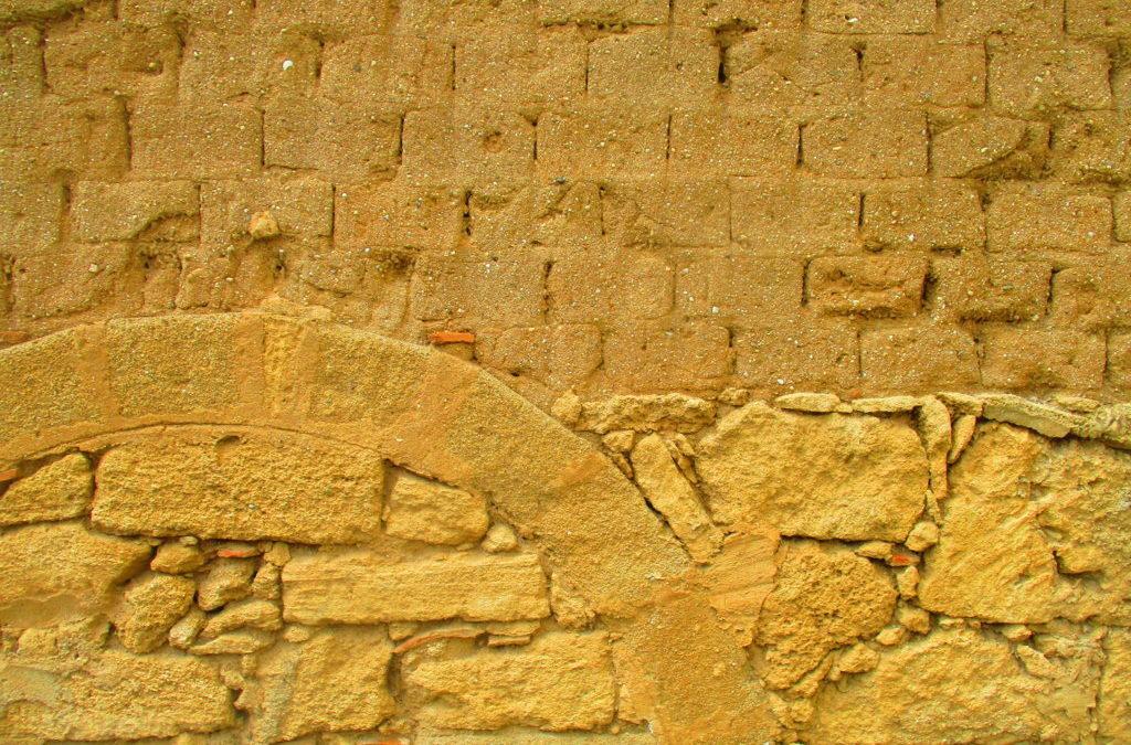 mura di arenaria gialla a Cabras