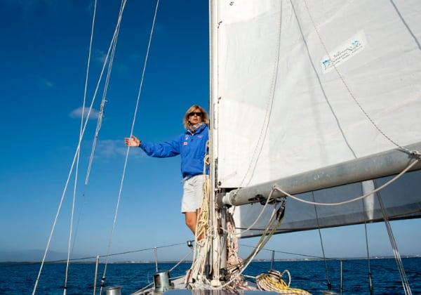 una donna in piedi vicino alle vela di una barca